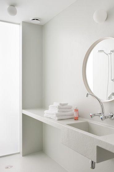 Suite 17 in Nieuwpoort, West-Vlaanderen www.suite17.be Doorzon interieurarchitecten, foto Verne  Polyester badkamer, DIY