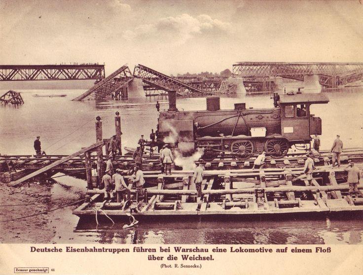 Niemieccy żołnierze transportujący lokomotywę tratwą przez Wisłę. W tle widoczne wysadzone przez Rosjan mosty kolejowe.
