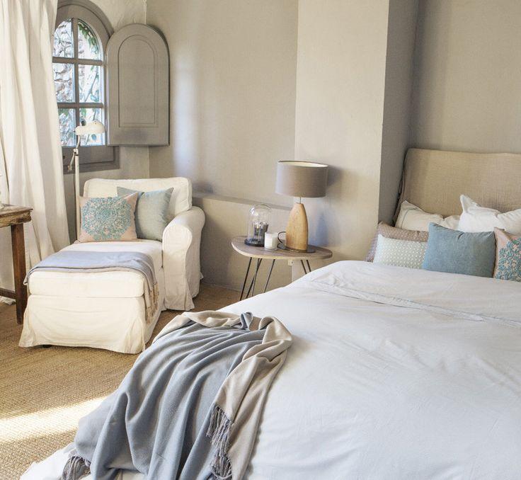 Consejos para dormir mejor en verano y sobrevivir al calor My Dream Home, Bedroom, Furniture, Home Decor, Linen Sheets, Light Shades, Bedside Tables, Bedrooms, My Dream House