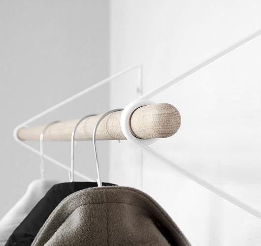 Details: Kleiderstange mit Bügel aus pulverbeschichtetem Stahl und Stab aus Eichenholz. Hier entdecken und shoppen: http://sturbock.me/Rsw