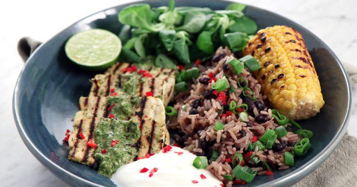 Grillad tofu i en härlig jerkmarinad av chili, salladslök, vitlök och goda kryddor. Serveras med ris och bönor.