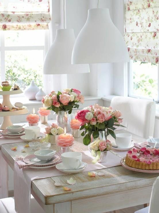Mesa decorada con rosas: