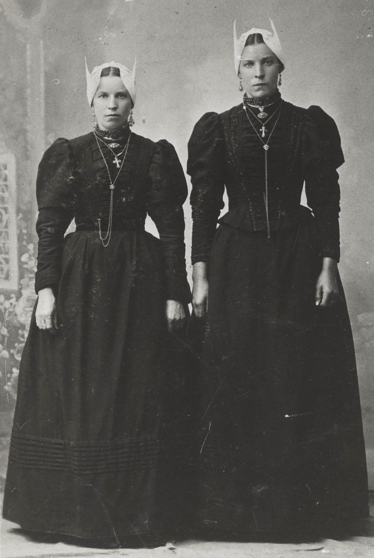 Zusters De Graaf uit Blaricum, met de 'hul' (muts), gouden oorbellen, broche, ketting met kruis en schuifketting, bloedkoralen halssnoer. #Blaricum #Gooi #NoordHolland #rond