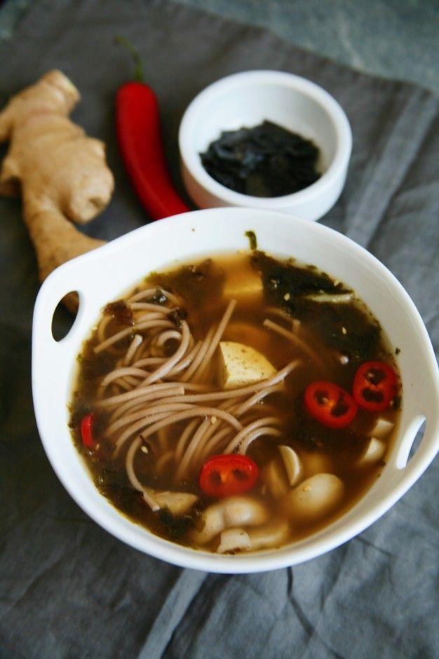 Мисо суп с гречневой лапшой - пошаговый рецепт с фото: Вкусный суп японской кухни. - Леди Mail.Ruвода  1 л шиитаке  200 г мисо паста  1-2 ч.л. гречневая лапша  50 г морская капуста  2 листа перец красный  1/4 стручка тофу  200 г лук зеленый  4 стрелки соевый соус  2 ст.л.