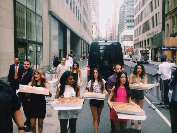 5H bringing their fans pizza!