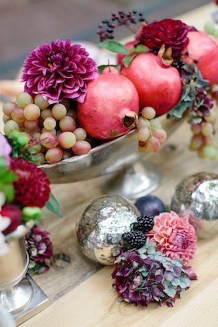 Dekoration mit Früchten (Granatäpfel, dunkle Beeren, Holunder)