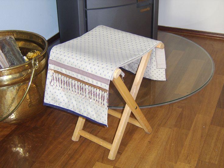 Voor Oma heb ik een stoeltje gestoffeerd om haar oude benen op te rusten.