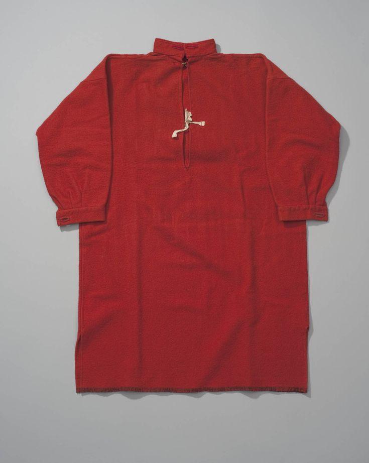 rood baaien mannenhemd van Urk, voor 1949. Mannenhemd van rode baai. Dit is een wollen stof die sterk geruwd en vervilt is. Baai is veel gebruikt voor onderkleding van zowel mannen als vrouwen. Vaak werd deze baai rood geverfd, eerst met meekrap, later met synthetische verfstoffen. De knopen aan de lange mouwen zijn van been gemaakt. In de knoopsgaten van de hoge halsboord worden de keelknopen gedragen. #Urk