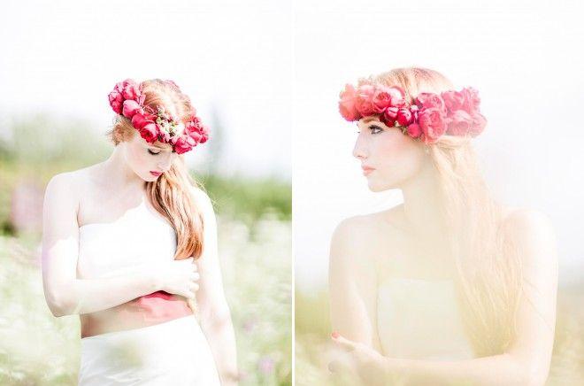 langes, schlichtes Corsagenkleid mit rotem Gürtel aus Wildseide mit Rosenkranz   (www.noni-mode.de ,Fotos: Anja Schneemann)