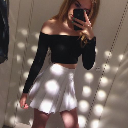 Love this simple outfit with the white tennis skirt