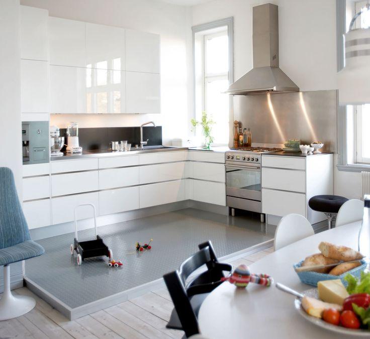 Söker du efter vita kök? Köksserien Line från Ballingslöv finns i högblankt vitt och skapar en ljus köksmiljö. Hitta din köksinspiration hos Ballingslöv!