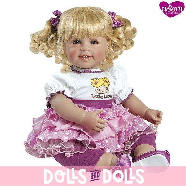 Little Lovey, simpática rubia con tirabuzones sujetos con dos coletas, vestida con un conjunto morado y blanco y una faldita rosa que está esperando que vengas a buscarla para irse a jugar contigo. ¡Te lo pasarás genial con ella!