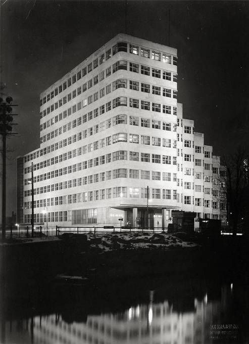 This milestone in architecture was designed by famous German professor Emil Fahrenkamp in 1929 for a headquarter of Rhenania-Ossag company (a Shell subsidiary). Two years later the building was ready for first clerks and visitors and from the beginning was considered a masterpiece thanks to wave-like facade. Also its construction – steel framed – was applied by the first time in a high-rise building in Berlin.
