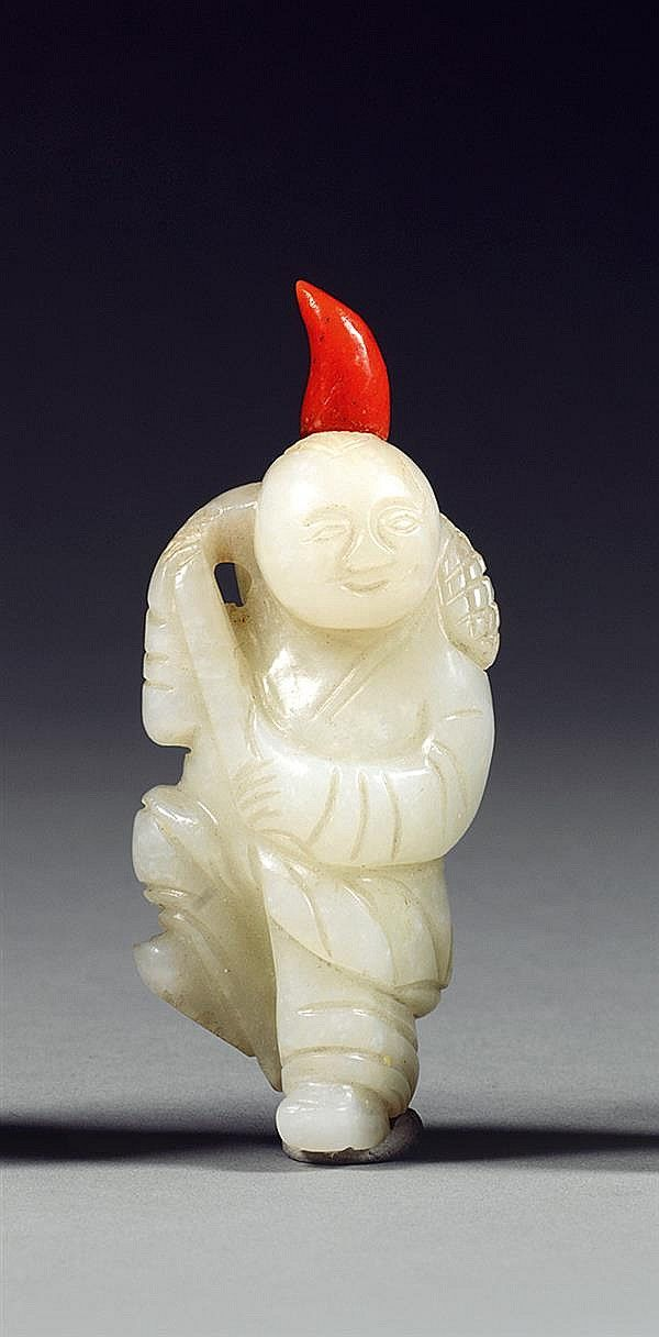 FLACON TABATIÈRE en jade néphrite blanc céladonné, en forme d'un enfant, debout sur un pied, un fléau dans le dos. Chine, dynastie Qing, XVIIIesiècle. A JADE SNUFF BOTTLE, CHINA, QING DYNASTY, 18TH CENTURY. HAUT. 6cm (2 3/8 IN.)
