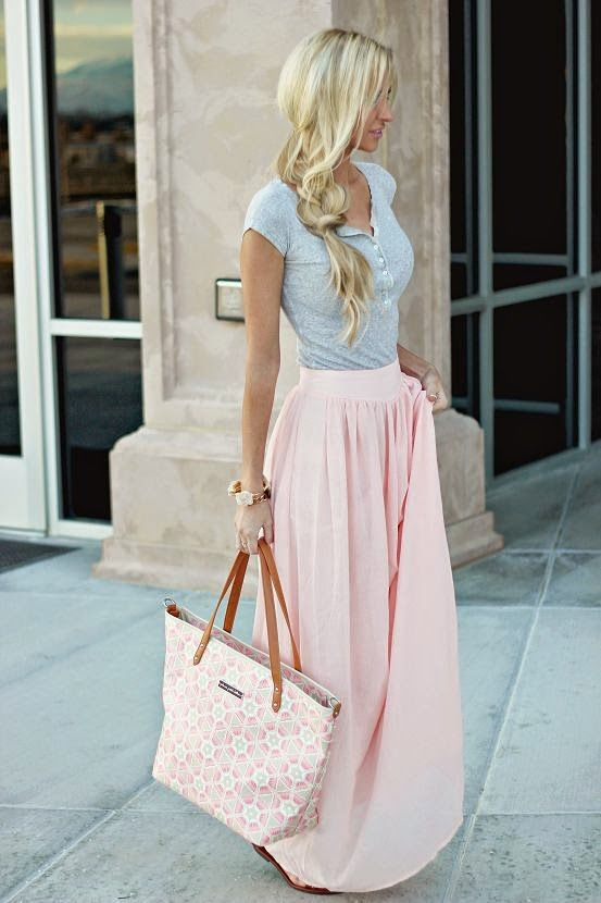 Street style | Casual grey top, pink maxi skirt, handbag