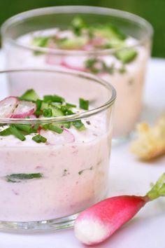 Verrines de radis rose et chèvre frais : 1 botte de radis bio 1 chèvre frais 4 c. à soupe de crème fraîche allégée 1/3 de concombre Ciboulette Sel et poivre du moulin