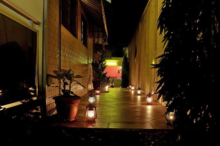 Un sympathique jardin plein de charme  vous accueillera pour le diner.la Résidence Yéli organise des soirées à thèmes dans son espace plein air à l'intention de ses résidents ou des personnes extérieures à la résidence, désireuses de se joindre à nos dîners dansants ou dîners spectacle….