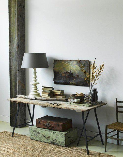 Cavalete de Ferro, Porta Carcomida e Baús Antigos  formam um aparador+ cadeira com acento de palha