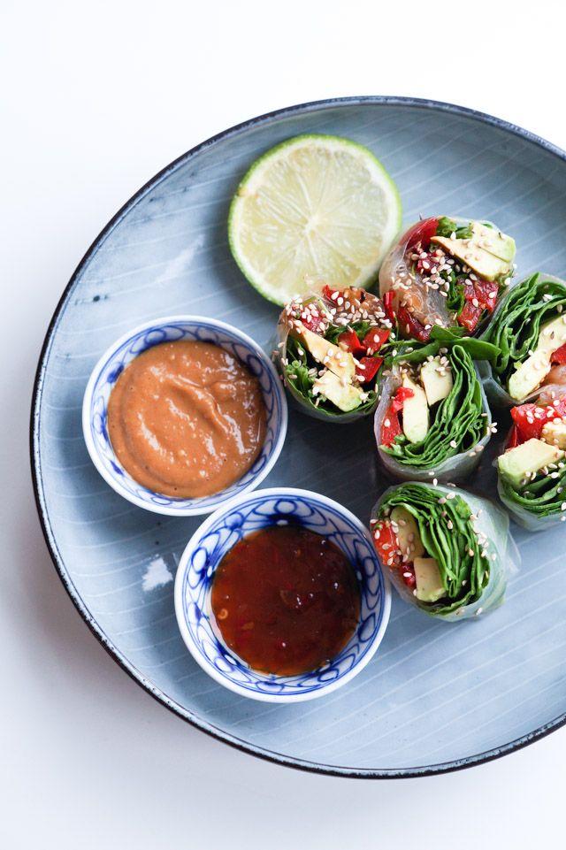 Friske vietnamesiske forårsruller - også kaldet vietnamesiske rispapirsruller. Fyldt med stegte peberfrugter, grønt og dyppet i peanutbutter-dip.