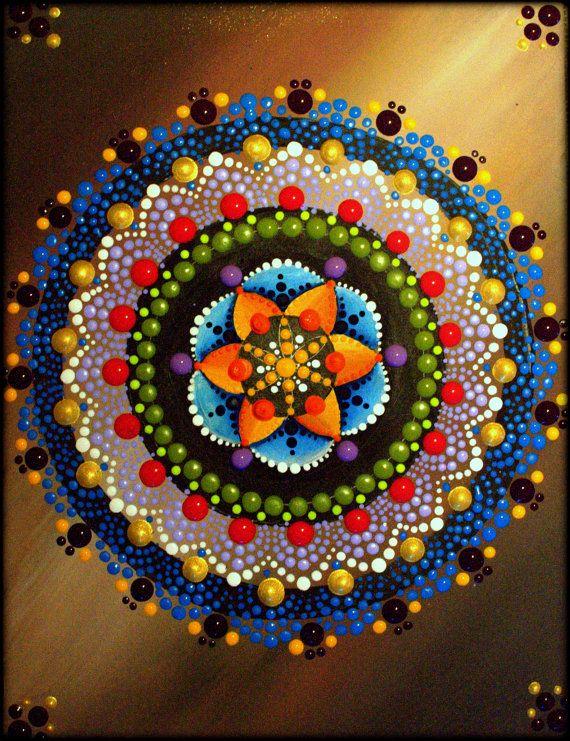Este Mandala tiene el propósito de liberar creencias y viejos patrones de pensamiento. Cuando estoy pintando los Mandalas la energía que siento es realmente mágica. Espero te trae tanta alegría como compartirme trae.  Kirsty Russell - Original!! (firmada y fechada en la parte posterior, para que no se le quita la obra de arte)  Pintura: acrílico sobre MDF. Sellado y barnizada para la protección y vitalidad. Encadenado en la parte posterior y listo para colgar.  TAMAÑO: 6.5 x 8.5 o 21 cm x 16…