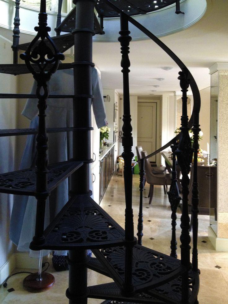 Замечательная кованая лестница создает атмосферу уюта, компактности и уюта