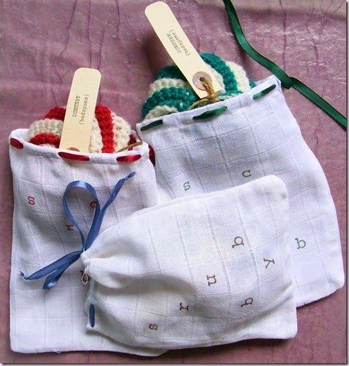 Kadozakjes van baby-washandjes met daarin een gehaakte badspons (scrubby)