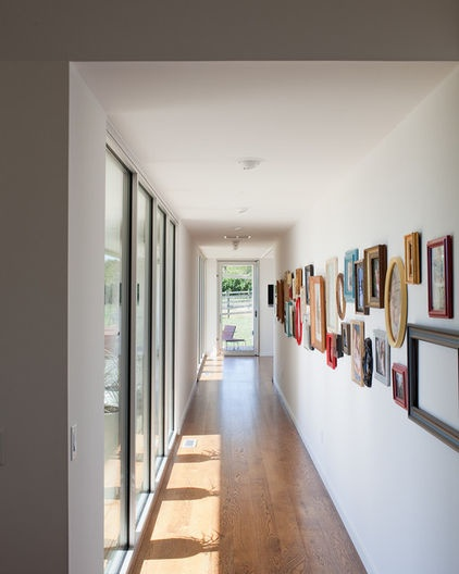 Galeria con marcos variados • Variety of frames on the corridor's wall