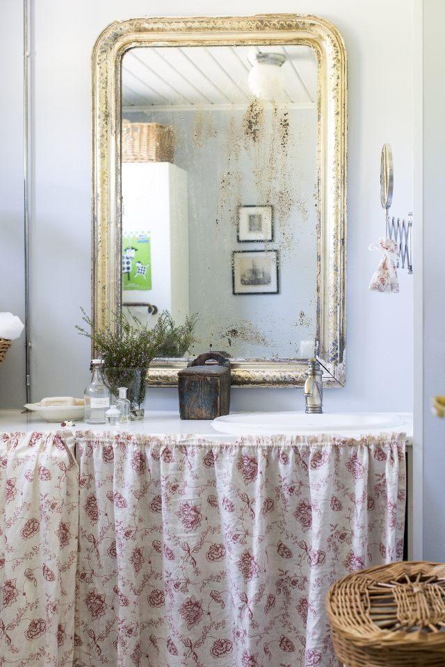 Kustavilaisessa kylpyhuoneessa pyykkikone kätkeytyy verhon taa. | Unelmien Talo&Koti Kuva: Hanne Manelius Toimittaja: Ilona Pietiläinen