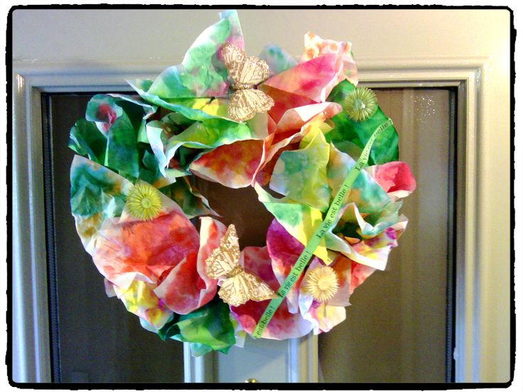 une couronne de printemps, décoration pour porte, fleurs, bricolage ...