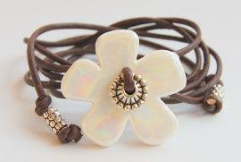armband grote bloem wit