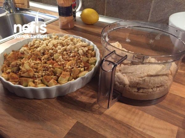 Elmalı Scrumble ( äppel Smuljpaj)/1 kg elma 1 yemek kaşığı tarçın yarım limon suyu 1 su bardağı ceviz içi Üzeri için;  3 çay bardağı un 1 +1/2 çay bardağı yulaf ezmesi 2 çay bardağı toz şeker 180 gr tereyağı