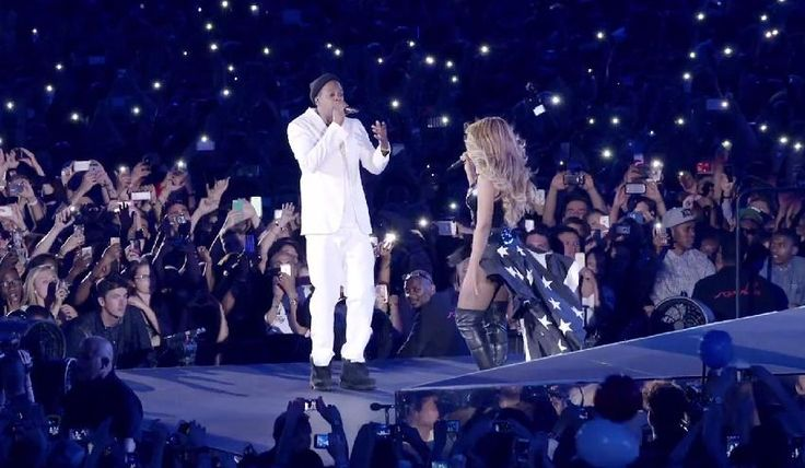 """JAY Z & Beyoncé Perform """"Forever Young/Halo"""" on HBO's On The Run Tour"""