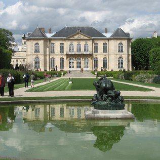 (PARIS) Museu Rodin - Com esculturas posicionadas pelo jardim, no prédio principal e no espaço antes ocupado pelo ateliê do artista, o Museu Rodin, inaugurado em 1919, é um dos mais charmosos de Paris. Principalmente em dias ensolarados. Ao todo são mais de 300 obras, incluindo peças de Camille Claudel. Vá sem pressa para aproveitar cada ângulo.