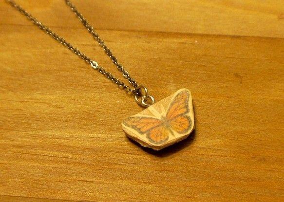 首元で蝶が揺れるネックレスです。オオカバマダラのイラストは手描きのものを薄い紙にプリントし皮に密着させたものです。上から加工をしていますので使用にあたって色が...|ハンドメイド、手作り、手仕事品の通販・販売・購入ならCreema。