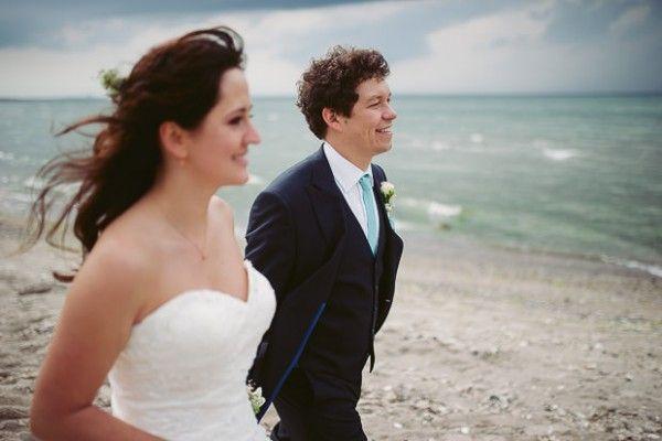 Strandhochzeit fotografiert von http://www.anneundbjoern.com auf http://www.lieschen-heiratet.de