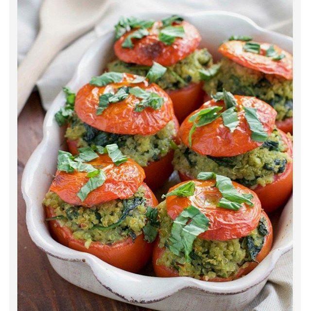 Ideia pro almoço de domingo: tomates recheados. 🍅 . Basta rechear (tofu amassadinho e temperado ou guacamole ou quinoa cozida com legumes ou grão de bico refogado...). Depois é só assar e servir. . Simples e delicioso!