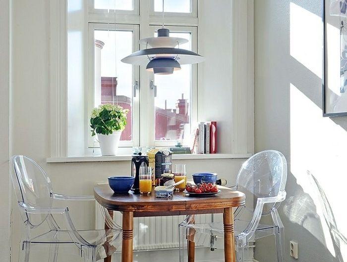 00-jolie-salle-a-manger-avec-petite-fenetre-et-chaise-transparente-ikea-lustre-moderne