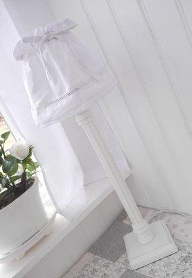 Hög vit fönsterlampa i trä med broderad lampslöja