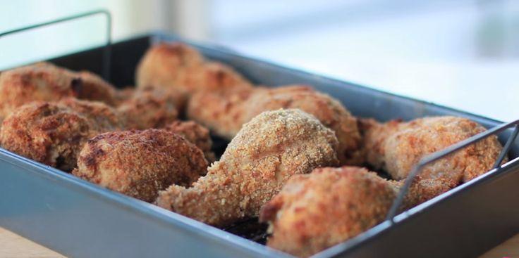 Deze in de oven gebakken kip smaakt net zo lekker als gefrituurde kip, maar dan zonder al het vet en de calorieën! Mmm!