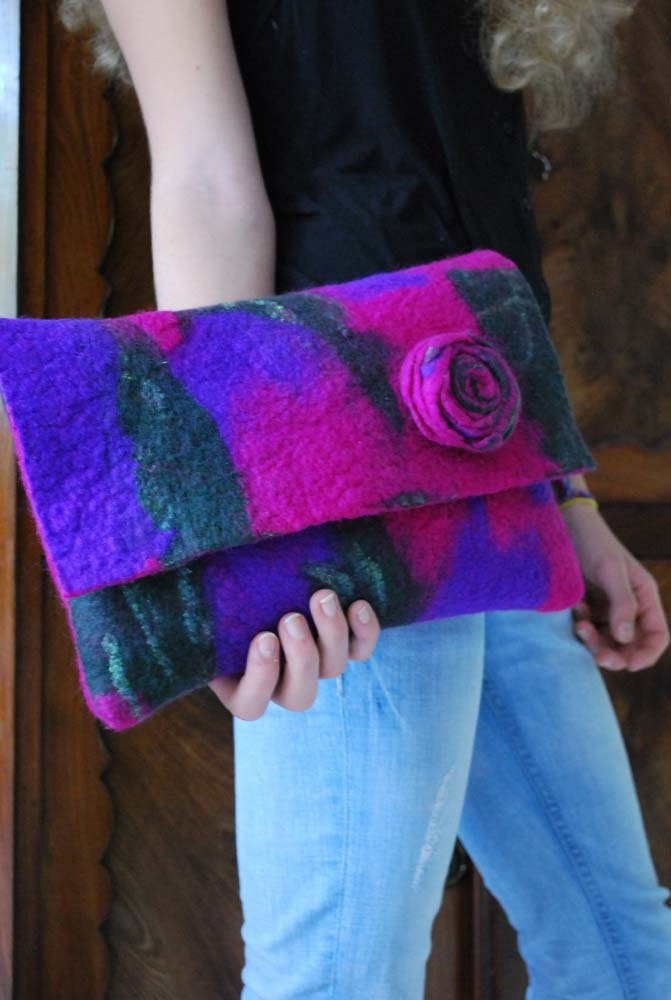Gorgeous hand felted clutch lilac and pink Más