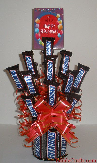 Homemade birthday gifts - DIY Snickers candy bouquet  #homemadebirthdaygifts #candybouquet