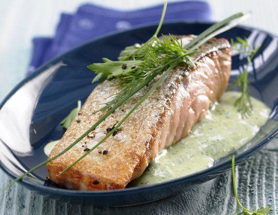 Жареный лосось с зеленым соусом Если вы решите приготовить филе лосося – вы получите кроме отличного на вкус блюда еще и чисто  визуальное наслаждение – красивая рыба с зеленым соусом и веточками петрушки, чисто летнее удовольствие.