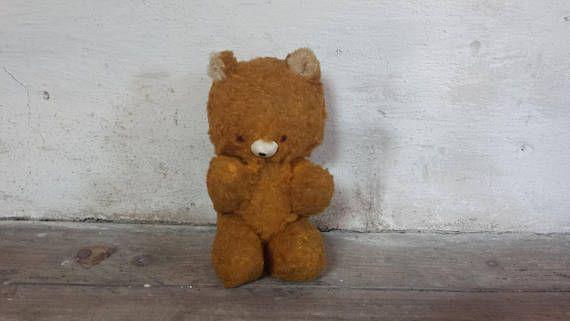 Dit is een mooie, antieke teddy beer (ik willen noemen hem Teddy) en als u kan vertellen door te kijken naar hem... Hij is goed geliefd, geknuffeld en gespeeld met veel!  Hij is in goede antieke staat, overeenstemming met zijn leeftijd en gebruik. Hij is gevuld met stro en zijn armen en benen zijn jointed. Hij heeft geen naamkaartje (merk) aan hem gehecht.  Teddy meet 23 cm (9) in hoogte.