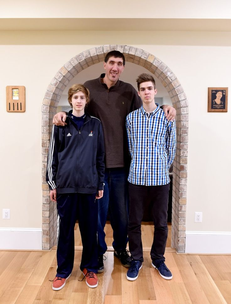 at 7 feet 7 inches gheorghe muresan make his tall sons look short very tall people walking. Black Bedroom Furniture Sets. Home Design Ideas