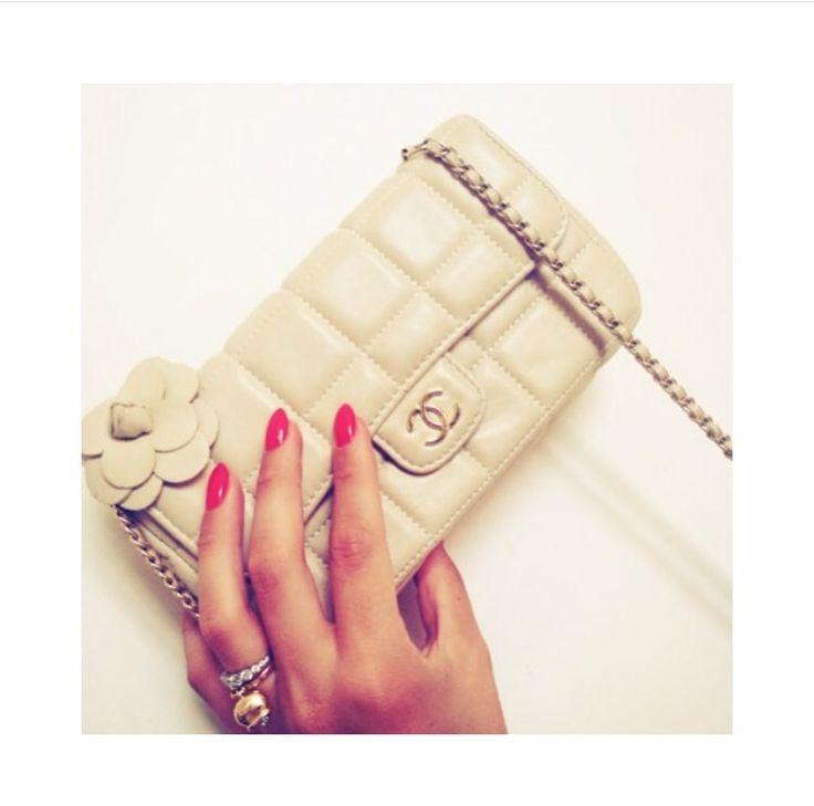 Camelia Chanle handbag on www.rentfashionbag.com to rent!