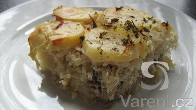 Zapečené brambory podle tohoto receptu jsou chuťově velmi vydařené. Se zelím, cibulí a mletým masem.