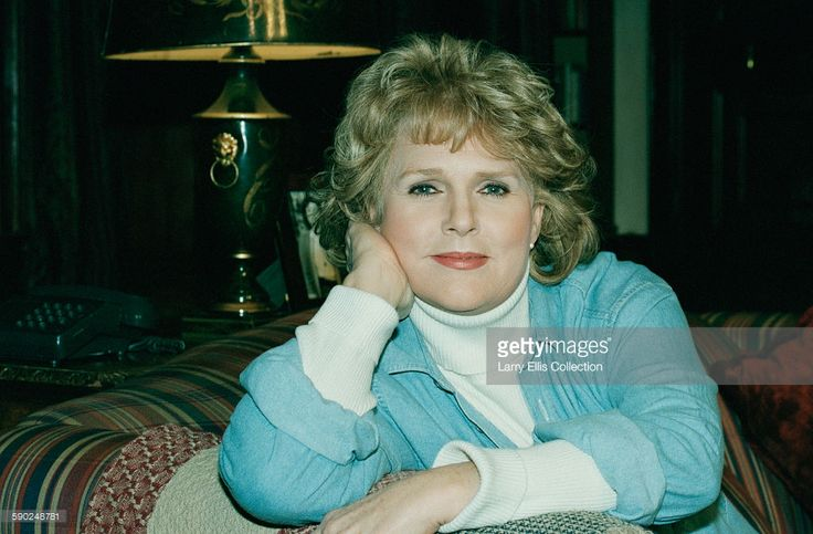 American actress Sharon Gless, UK, 1st February 1996. She is starring with Tom Conti in the play 'Chapter Two' by Neil Simon, showing at the Gielgud Theatre in London.