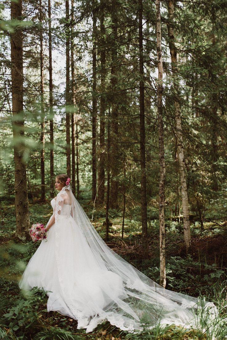 Romantic fairy princess wedding look with long lace veil in the forest  | Scandinavian wedding | Pitsiniekka | Picture by Jaakko Sorvisto www.jaakkosorvisto.com