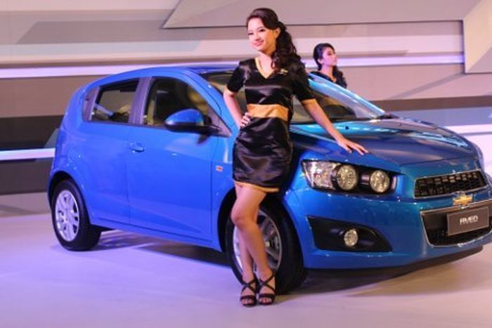 Photo SPG dan Mobil Chevrolet All-New Aveo