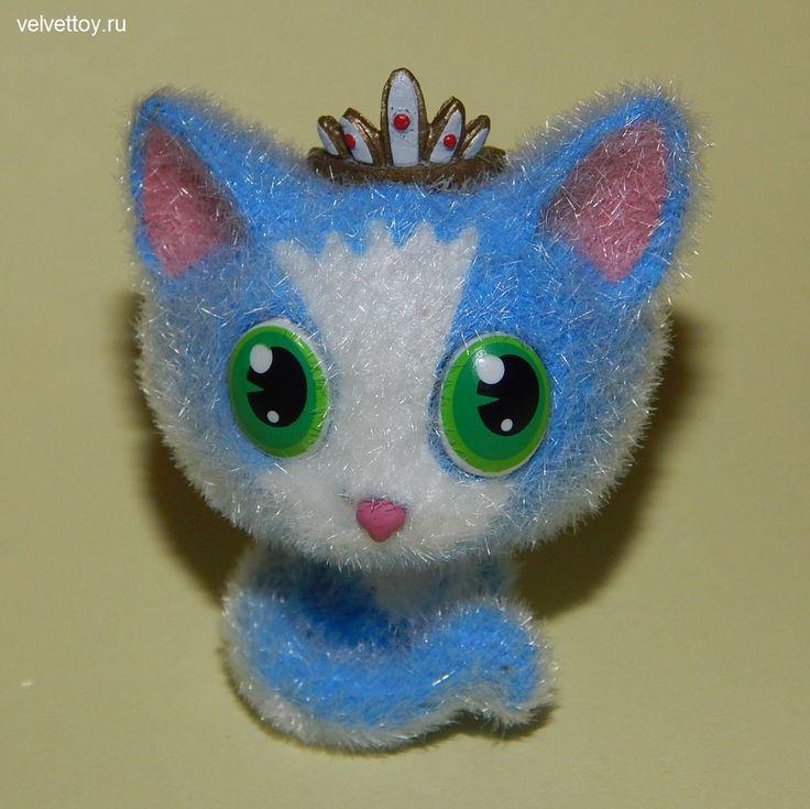 Эмма — изящная голубая кошечка с диадемой